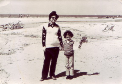 אני ואמא עם זר חרציות 1979